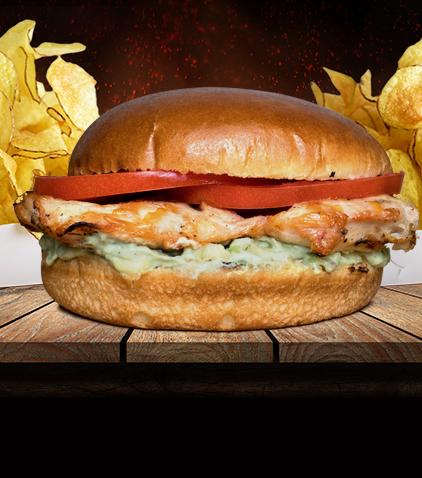 Burger cu piept de pui și sos avocado
